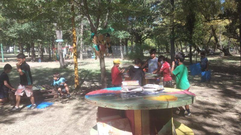 Continúan las visitas a la biblioteca al aire libre
