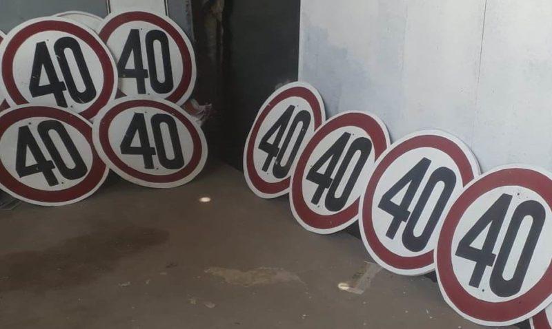 Se instalan carteles de velocidad máxima permitida