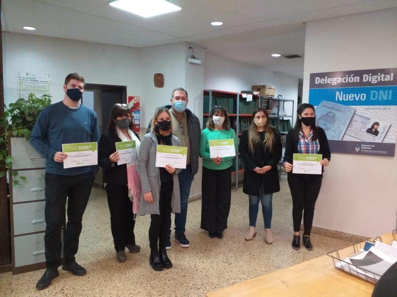 Sábado joven: Orazi entregó certificados al personal del Registro Civil