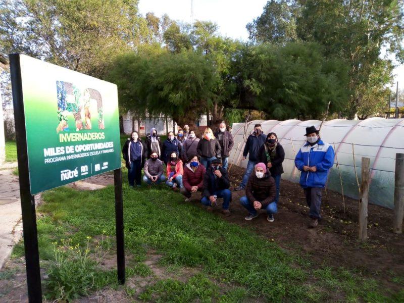 Funcionarios se interiorizaron sobre el funcionamiento de invernaderos escuelas