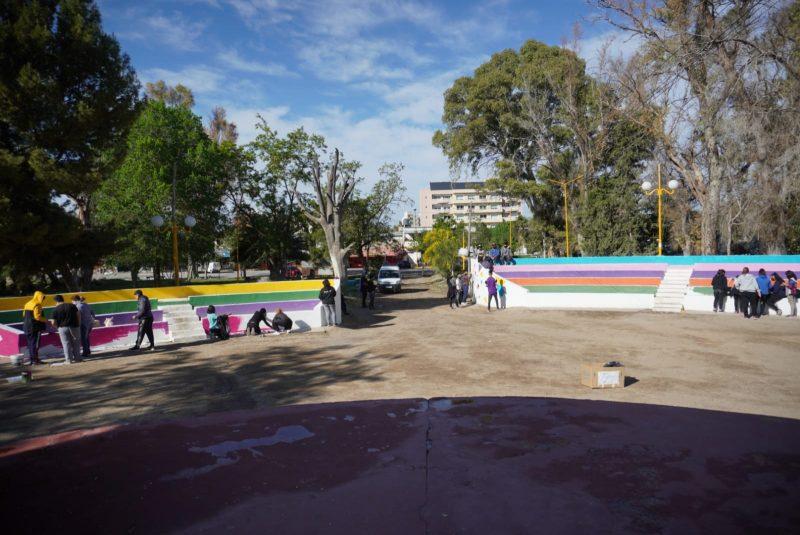 Alumnos y alumnas de la ESRN 145 intervienen artísticamente el minianfiteatro del Militante